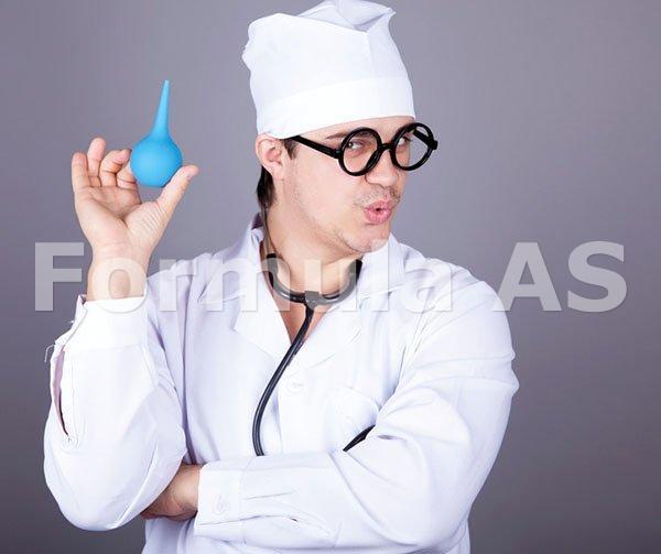 доктор ставит клизму фото
