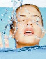 Vă umflaţi de căldură? Învăţaţi să luptaţi cu retenţiile de apă!