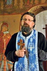"""Pr. MIHAI CIUHAT (Vălioara, judeţul Hunedoara) - """"Diferenţa dintre un popă şi un preot este capacitatea de jertfă"""""""