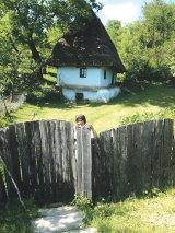 Formula AS în Sălaj: Lelea Iulica şi casa din Răstoci
