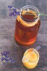 Produsul apicol care salvează vieţi: Lăptişorul de matcă în miere