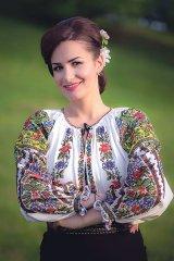 """VIORICA MACOVEI - interpret de muzică populară - """"Românii devin mai patrioţi şi mai credincioşi după ce pleacă din ţară"""""""