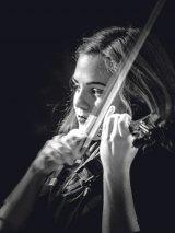 """SIMINA CROITORU - """"Când ies pe scenă, sunt un actor care îşi transmite sentimentele prin vioară"""""""