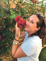 """IRINA PĂDURARIU - """"Florile te inspiră să mergi mai departe. Să ai încredere în forţa vieţii"""""""