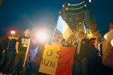 """Romania e cu voi, comunistii la gunoi!"""